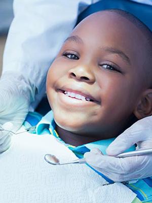 Incontro di un bimbo con il dentista dair allineatore invisibile